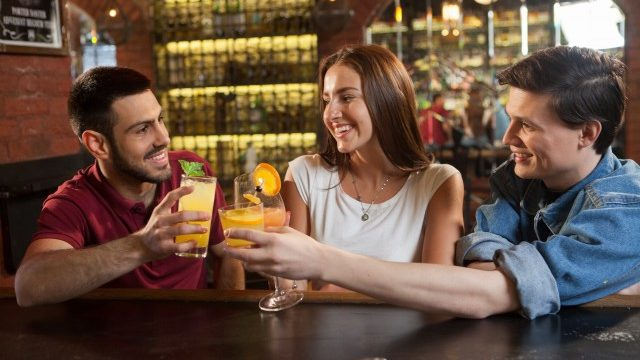 1.一人客が多い居酒屋やバーで友達を作る