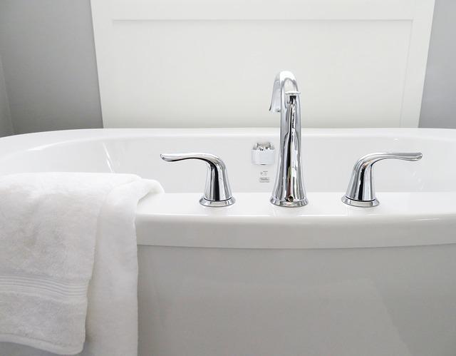 お風呂入り湯舟でお湯に浸かる