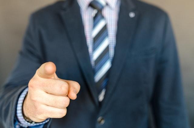指さし初対面でため口、自分語り、上から面