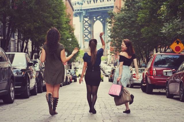 女友達とショッピング
