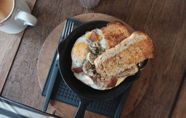 朝食にパンと目玉焼き